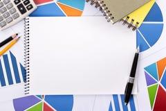 Finanzhintergrund mit leerem Notizbuch Stockfotos