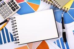 Finanzhintergrund mit leerem Notizbuch Lizenzfreies Stockfoto