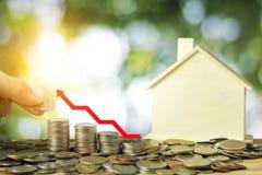 Finanzi e risparmi i soldi per l'acquisto e la vendita del concetto domestico, mano Immagine Stock Libera da Diritti
