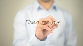 Finanzi le vostre idee, scrittura dell'uomo sullo schermo trasparente Fotografia Stock