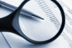 Finanziell analysieren Sie mit Vergrößerungsglas Stockbilder
