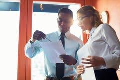Finanziere, die Papiere besprechen lizenzfreies stockbild