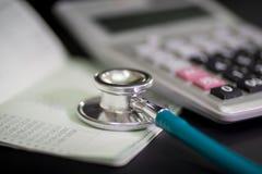 Finanzieren Sie erklärende ärztliche Behandlung, Stethoskop und Taschenrechner Lizenzfreie Stockfotos