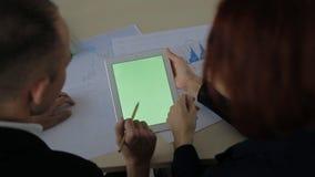 Finanzieri dello scrittorio due con il computer portatile a disposizione e lo schermo stock footage