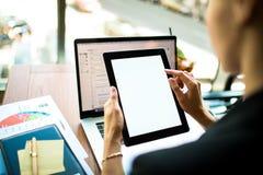 Finanzieronline-zahlung über digitale Tablette mit weißem leerem Monitor CEO unter Verwendung der Website lizenzfreie stockbilder