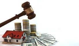 Finanzierung 3d über Hausauktions-Weißhintergrund Stockfoto
