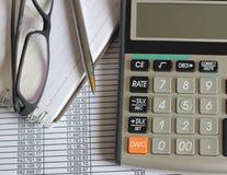Finanzierung erklärt Steuertaschenrechner Stockbilder