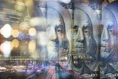 Finanzierung, Konzept ein Bankkonto habend Euromünzen, US-Dollar Banknotennahaufnahme Abstraktes Bild des Finanzsystems mit selek Lizenzfreie Stockfotografie
