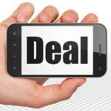 Finanzkonzept: Hand, die Smartphone mit Abkommen auf Anzeige hält stock abbildung