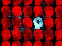 Finanzkonzept: Kopf mit Glühlampeikone an Stockfotografie