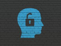 Finanzkonzept: Kopf mit Vorhängeschloß auf Wandhintergrund Lizenzfreies Stockbild