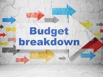 Finanzkonzept: Pfeil mit Budget-Zusammenbruch auf Schmutzwandhintergrund lizenzfreie abbildung