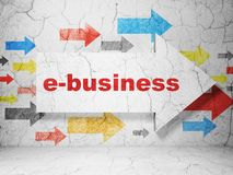 Finanzkonzept: Pfeil mit E-Business auf Schmutzwandhintergrund Lizenzfreie Stockfotografie