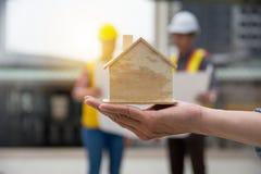 Finanzkonzept - planen Sie, Wohnsitz mit architectur zu konstruieren stockbild