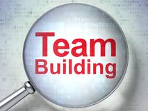 Finanzkonzept: Team Building mit optischem Glas Stockfoto