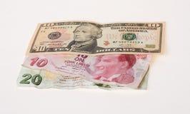 Finanzkrise: neue Dollar über zerknitterten türkischen Lire Stockfotografie