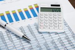 Finanzleistungsblatt mit Taschenrechner und Stift Lizenzfreies Stockfoto