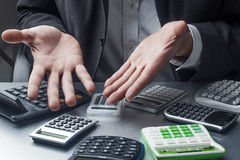 Finanzmanager verloren in den Berechnungen bei der Arbeit Lizenzfreies Stockfoto