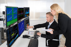 Finanzmittel, die Bildschirme im Büro überwachen lizenzfreie stockfotos
