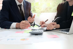 Finanzplanung Geschäftsmann und Geschäftsfrau, die mit pl spricht stockfoto