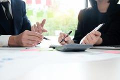 Finanzplanung Geschäftsmann und Geschäftsfrau, die mit pl spricht Stockfotografie