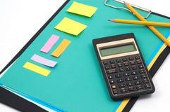 Finanzrechner und Bürozubehöre Stockfoto