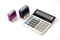 Finanzrechner und zwei Stempel Stockbild