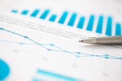 Finanzstatistik dokumentiert Kugelschreiber infographics am Bürotisch Stockfoto