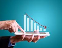 Finanzsymbole, die vom digitalen Mediengeschäftsmann mit den Finanzsymbolen kommen von den digitalen Medien kommen stockfotos