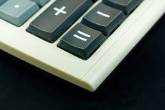 Finanztaschenrechner auf schwarzem Hintergrund Lizenzfreies Stockbild