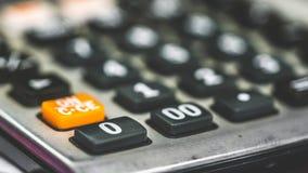 Finanztaschenrechner-Schwarz-Anzeigen-Knöpfe stockfoto