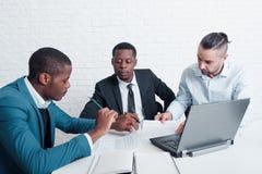 Finanzteam, das neue Verträge für das Unterzeichnen vorbereitet stockfoto