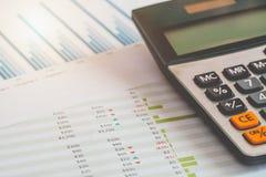 Finanzverwaltungskonzept, Taschenrechner und viele Dokumente des persönlichen Budgets mit einem Laptop auf dem Tisch Lizenzfreies Stockbild