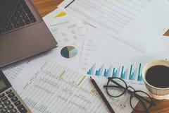 Finanzverwaltungskonzept, Taschenrechner und viele Dokumente des persönlichen Budgets mit einem Laptop auf dem Tisch Lizenzfreies Stockfoto