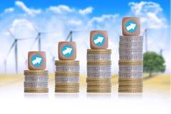 Finanzwachstumskonzept mit Stapel von Münzen und von hölzernen Würfeln Stockbild