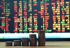 Finanzwachstumskonzeptgeld Diagramm von den Münzen an Bord des Vorrates Lizenzfreie Stockfotografie