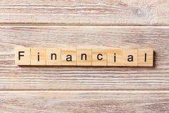 Finanzwort geschrieben auf hölzernen Block Finanztext auf Tabelle, Konzept Lizenzfreies Stockfoto