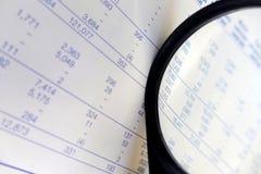 Finanzzahlen, studierend Stockfoto