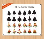 Finden Sie den korrekten Schatten, Bildungsspiel für Kinder - Weihnachtsbaum Lizenzfreies Stockbild