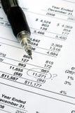 Finden Sie einen Fehler, wenn Sie die Finanzberichte revidieren Stockbild
