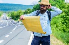 Finden Sie großes Blatt Papier der Richtungskarte Wo sollte ich gehen Verlorenes Richtungsreisen der touristischen Wandererkarte  stockbild
