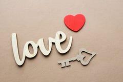 Finden Sie Schlüssel zum Herzen als Symbol der Liebe Lizenzfreie Stockfotografie
