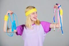 Finden Sie Zeit zum Training Frauentraining mit springendem Seil Trainingsergebnis Band des springenden Seils und des Ma?es des M stockfoto