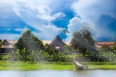 Finden thailändische Artwohnung der Weinlese neben dem Fluss in Nord-Thailand Stockbilder