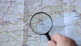 Finden von Venezia auf einer Karte stock video