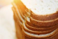 Fine affettata del pane sulla vista superiore - taglio del pane integrale immagini stock libere da diritti