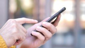Fine all'aperto su della mano facendo uso di Smartphone stock footage