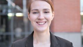 Fine all'aperto su di giovane donna di affari sorridente stock footage