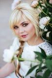 Fine all'aperto sul ritratto di bella giovane donna nel giardino di fioritura Concetto femminile di modo della molla fotografia stock libera da diritti