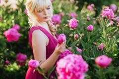 Fine all'aperto sul ritratto di bella giovane donna nel giardino di fioritura Concetto femminile di modo della molla fotografia stock